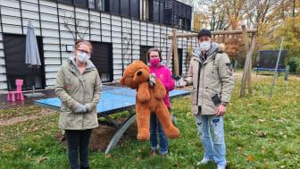 Bei der Übergabe der Spende im Garten des Kinderhospizes: Diana Rühling, Kerstin Stadler und Kevin Kurth (v.l.)