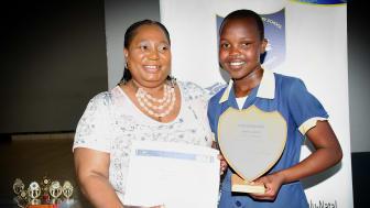 Fr. v.  Christabel Ngcobo, rektor på Inqolayolwazi School, och stipendiaten Aphiwe Mathonsi.