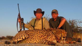 Bilden visar troféjakt, men inte svenska jägare. Foto: Ban Trophy Hunting