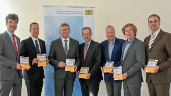 Stefan Graf, Ingo Schroers , Ludwig Friedl, Rudolf Escheu, Dr. Martin Frede, Erich Maurer und Michael Müller (v.l.n.r.) starten die Zusammenarbeit beim Energie- und Klimaschutzmanagement für bayerische Kommunen.