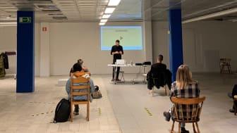 Introduktion för de första ungdomarna i Biskopsgården som tillsammans skall driva en secondhand-butik på Vårväderstorget.