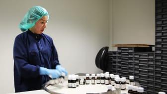 Oppskriften på Hånddesinfeksjon NAF er utviklet av Serviceproduksjon og Pharma Production. Produktet produseres og fylles i Pharma Production sine lokaler.