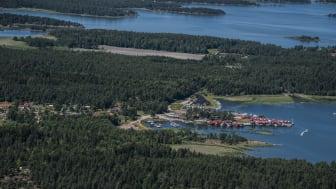 Flygbild över Spikens fiskehamn och omgivningar från 2018.