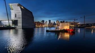 Kunstverket Solen av Edvard Munch på vei inn i det nye museet i Bjørvika