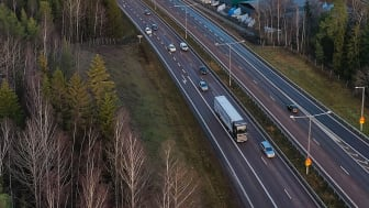 Scanias selvkørende lastbil på E4-motorvejen mellem Södertälje syd for Stockholm og Jönköping