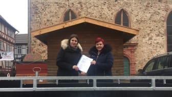 Den zweiten Preis, einen Fahrzeuganhänger aus der Hephata-Metallwerkstatt, hat Gewinnerin Stefanie Bujakowski gleich am Montagmorgen bei der Hephata-Auszubildenden Stefanie Delgado auf dem Paradeplatz in Ziegenhain abgeholt.