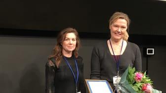 Professor Anna Wedell (th) 2017 års Bengt Danielsson föreläsare. Priset delades ut av Lisa Bandholtz, vetenskaplig sekreterare på Apotekarsocieteten.