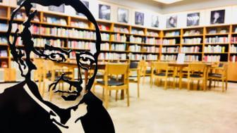 Siluett av Tranströmer på Västerås Stadsbibliotek