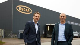 """""""Vi har taget flere vigtige initiativer på fabrikken for at reducere vores energiforbrug, og vi har stort fokus på vores CO2-aftryk,"""" siger Paul den Dunnen (tv.) fra Nestlé Professional Food på Sjælland. Til højre ses fabrikschef Henrik Elbrønd."""