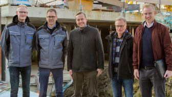 Noch laufen die Arbeiten im Hintergrund: (v. l.) Benedikt und Wolfgang Brandt, Sanitär- und Heizungsfachbetrieb, Markus Schulz, ESW, Hubert Lausen, Co-Bauherr, und Michael Grewe, Bauplaner Becker und Henze.