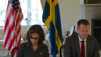 Amerikanska ambassadören Azita Raji och inrikesminister Anders Ygerman signerar avtal om US Preclearance