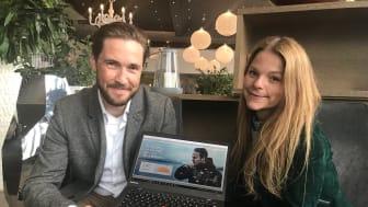 Sjømatrådets Gunvar L. Wie og Mia Sætre Bernhardsen med eksempel på laksekampanjens digitale uttrykk. FOTO Norges sjømatråd
