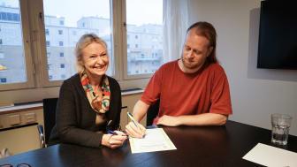 Kicki Björklund, vd Bostadsbolaget och Johan Zandin, styrelseordförande i Bostadsbolaget skriver under avsiktsförklaringen till Allmännyttans klimatinitiativ.
