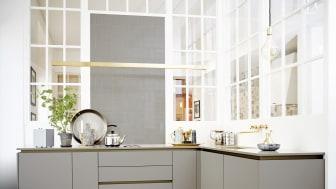 Lindö Art er et superenkelt køkken i et knivskarpt design med heldækkende låger i laminat.