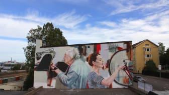 UPEA18-taidefestivaalin myötä luotiin 20 pysyvää julkisen taiteen teosta. Yksi niistä on Helen Burin muraali Kotkassa.