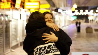 Över 140 000 kr i kontanter som glömts i kollektivtrafiken under 2016-2017 skänks till Stockholms Stadsmissions insamling för människor i hemlöshet.
