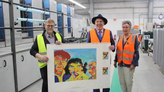 Her viser Jacob Haugaard det flotte resultat frem sammen med Grafisk Chef fra DS Smith, Søren Hauge  til venstre og  hans kone Ilse til højre.