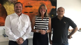 Anna Stoldt, Vice President M&A and Strategy von AddSecure Smart Transport, flankiert von Geschäftsführern Jochen Linden und Hans-Jörg Nolden Navkonzept.