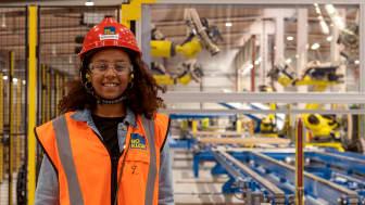 Firehiwot Kedir, forskarstuderande från ETH i Zürich, under ett besök i BoKloks fabrik i Gullringen, Småland.