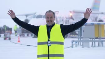 VD Gunnar Lenman gör sig redo att välkomna flygplanen från Göteborg och Växjö