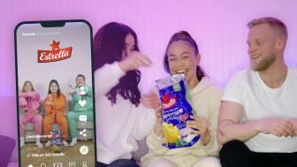 Profilen Pimpiina under inspelningen av Estrellas nya kampanj 2021. I mobilen ser vi Nino & Julia med en kompis.