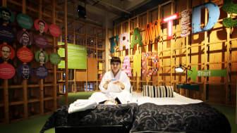 Caroline Kvick, kommunikatör på Arbetets museum, testar hotellsängarna inför auktionerna. Foto: Anna Redmalm
