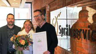 2019 års mottagare av InExchange miljöpris är Språkservice i Malmö. Utmärkelsen togs i veckan emot av Kerstin Forssman och Jens Kofoed Hansen och överräcktes av Per Löfving (längst till vänster).