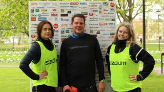 Thoren Business School-eleverna Isa Kärrberg (t.v) och Sanna Carlsson flankerar superentreprenören Lars Wingefors under Hjärtebarnsloppet som inbringade 61 519 kronor.