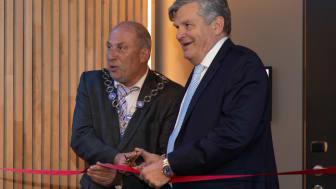 Ordfører Jarle Aarvoll klipper båndet med hotelldirektør Jørgen Christian Lindstrøm. (Foto: Gerhard Holm)