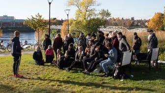 Studenter och lärare från Arkitekthögskolan på plats i Broparken i centrala Umeå. Foto: Toms Kokins