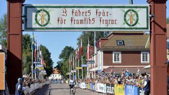 Alexander Wetterhall defilerar hem segern i Cykelvasan 2015
