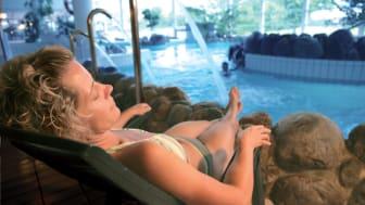 Vad passar bättre än en varm och skön sol i en vattenglittrande badmiljö