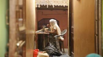 En egenföretagare och låntagare via mikrofinansiering arbetar i ett centrum i Uttar Pradesh, en stat i Indien.