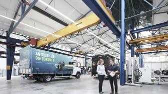 BPW testet die elektrische Antriebsachse eTransport in unterschiedlichen Einsatzszenarien: Hier die Halle, in der die Testfahrzeuge vorbereitet werden. Im Hintergrund das Testfahrzeug von UPS.