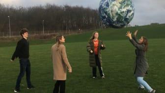 """Verden er Vores - efterskoleelever der holder """"jorden"""" i bevægelse"""