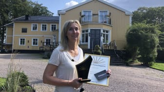 En överraskad Jessica Goodwin tog emot priset utanför Villa Vik. Foto: Therese Ekdahl, Växjö kommun