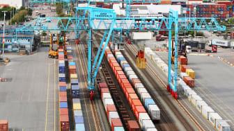 APM Terminals i Göteborg ansluter till mer än 300 inlandsdestinationer i Sverige via järnväg. Till 2022 planerar de att dubbla antalet containrar som transporteras med järnväg.