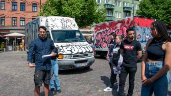 Ungdomar i antirasistiska projektet Koll på stadsvandring med Showan Shattak.