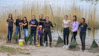 Schülerinnen aus Louisenlund reinigten den kleinen Strandabschnitt in Louisenlund. (Foto: Stiftung Louisenlund)