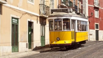 Portugal_Lisabon_Yellow-tram-from-the-right