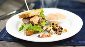 Fetaost-hamburgare med olivsalsa och het paprikasås