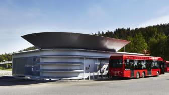Hydrogenbussene er ventet å være tilbake på veien i neste uke etter at Ruter denne uken besluttet å gjenoppta driften av hydrogenstasjonen på Rosenholm. Foto: Ruter/Catchlight Fotostudio AS