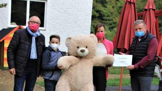 Benno Moller mit seinem Enkel Konstantin, Mona Meister und Jörg Meuschke präsentieren stolz den Spendenscheck