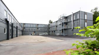 135 moduler på 8 dagar. Så snabbt  gick det att montera den tillfälliga skolan i Botkyrka.