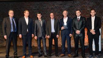 Sanierungspreis 16 Metall: Klaus Siepenkort/klempnermagazin (li.) mit Geschäftsführer Florian Burk (2.v.l.) und weiteren Mitarbeitern der Firmengruppe Burk
