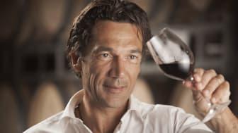 """""""Det är för den ypperliga tillförlitligheten och kvalitet över hela vinportföljen, med en unik känsla för stil och uttryck av Languedoc, som Wine Enthusiast utnämner Domaines Paul Mas till årets europeiska vinhus."""" Lauren Buzzeo"""