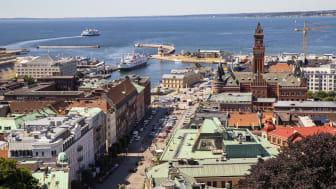 Helsingborgs stadshus och vy över sundet mot Danmark