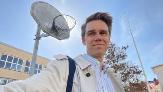 Rasmus Jonlund, ordförande i Kungsholmens stadsdelsnämnd, berättar om initiativet. Foto: Liberalerna Stockholm