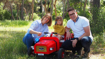 Carla sammen med forældrene, der begge er ingeniører hos Ford.