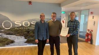 Från vänster, Marco Kristoffersson och Philip Niva, stationschef för Europcar Mora och till höger Markku Reinikainen, SOS International